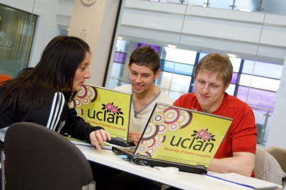 Students-with-UCLan-laptops-31